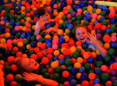Suchy basen z tysiącami piłeczek